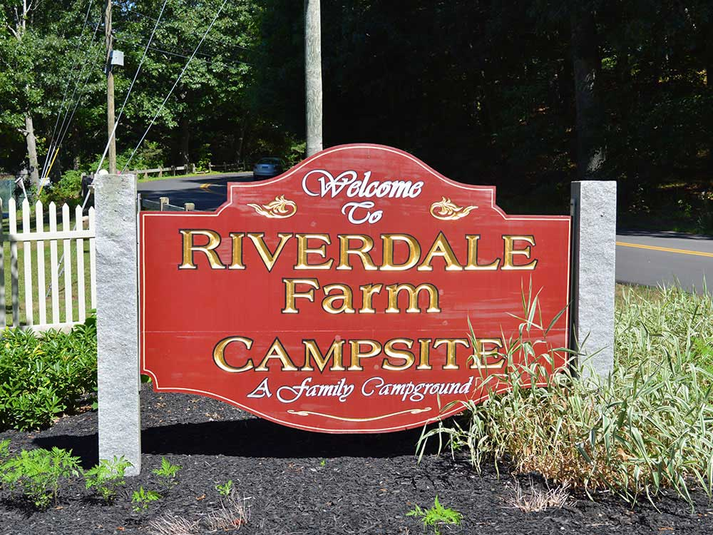 Sign leading into campground at RIVERDALE FARM CAMPSITES