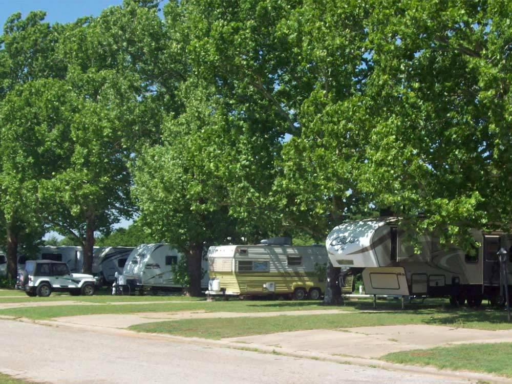 Trailers at campsite at DUNCAN MOBILE VILLAGE