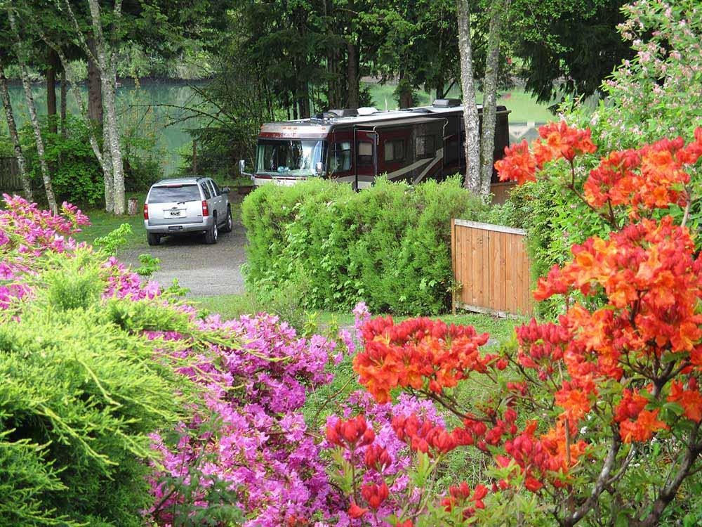 Harmony lakeside rv park deluxe cabins silver creek for Rental cabins near mt st helens