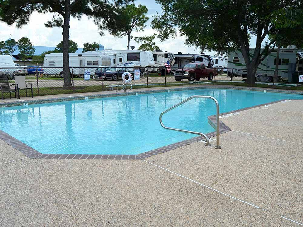 Swimming pool at campgrounds at TRADERS VILLAGE RV PARK