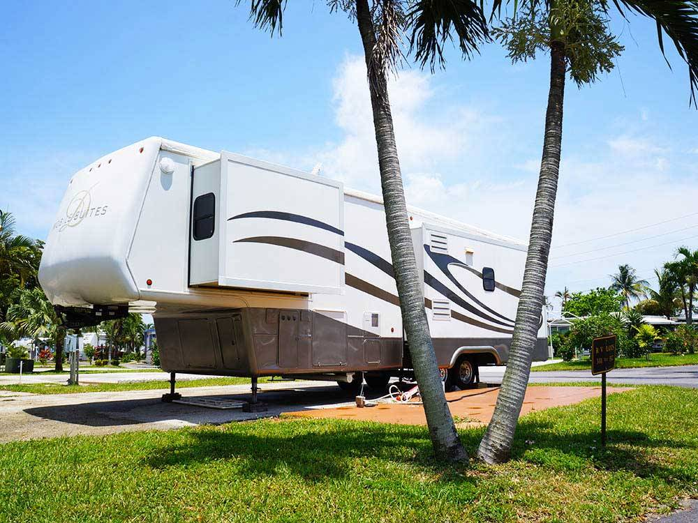 Trailer camping at SUNSHINE HOLIDAY FT LAUDERDALE