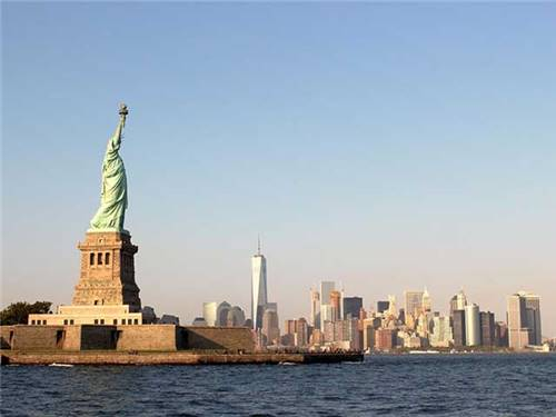 MINUTES FROM NEW YORK SUBWAY & TRAINS!